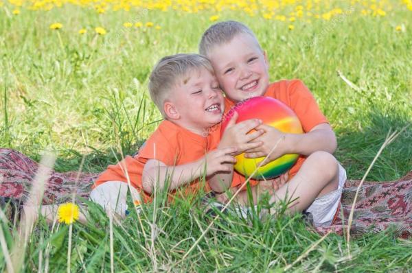 Маленькие мальчики, играя на лугу — Стоковое фото © eans ...