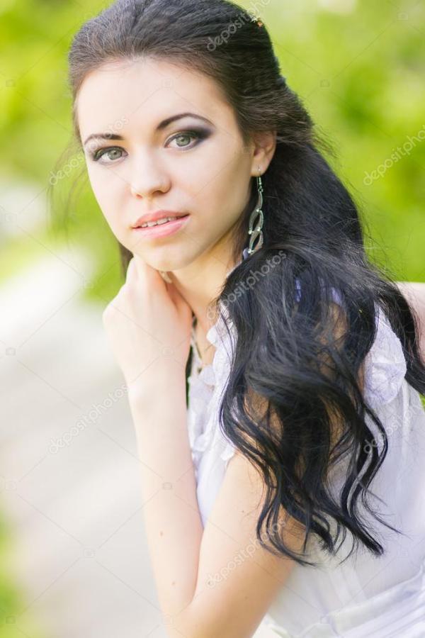 Красивая юная брюнетка позирует на природе. Девушка с ...