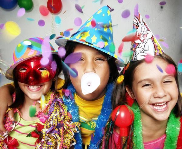 Три веселых детского портрета на карнавале, наслаждающихся ...