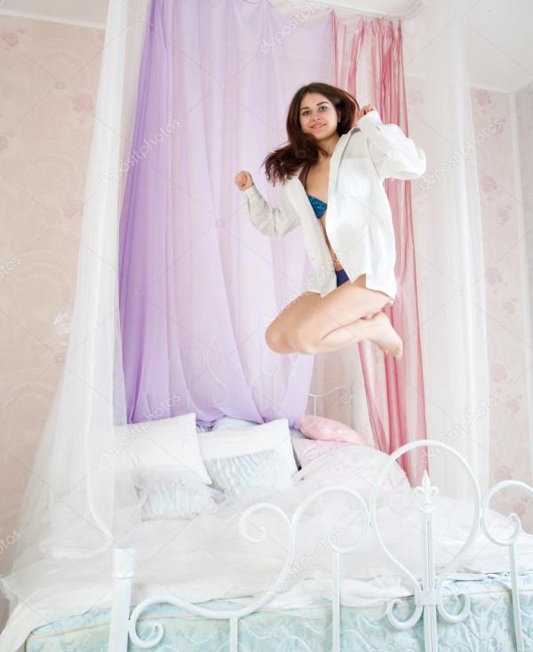 Картинки женщина на кровати. Женщина прыгает на кровати ...