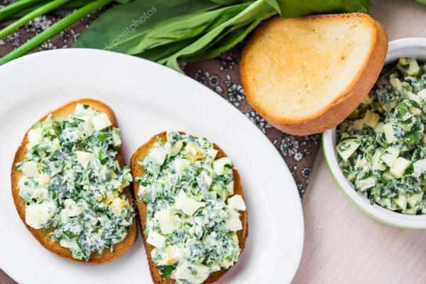 бутерброд с яйцами салат, зеленые травы, петрушка, черемша ...