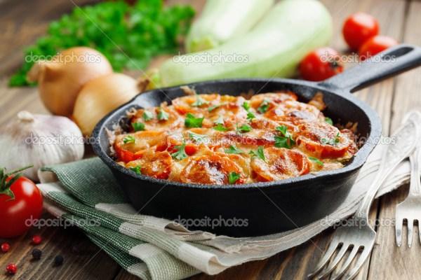 Кабачки, запеченные с помидорами и сыром — Стоковое фото ...
