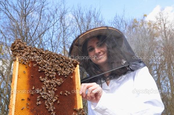 Женщины пчеловоды. Молодая девушка пчеловод, работающих в ...