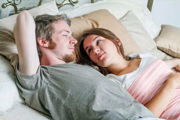 Фото: муж и жена на кровати. Молодые муж и жена на кровати ...