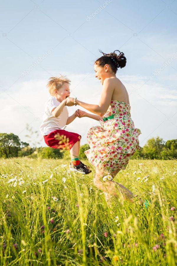 мама и сын играют в поле — Стоковое фото © aallm #47379739