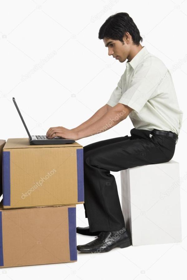 Менеджер магазина с помощью ноутбука на складе — Стоковое ...