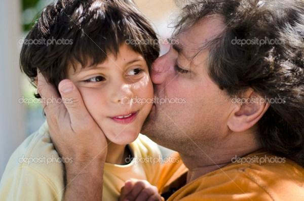 Родительская любовь - отец snd сын поцелуй — Стоковое фото ...