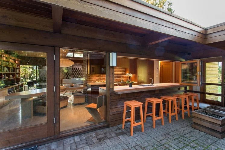 Midcentury Patio by Synthesis Design Inc.
