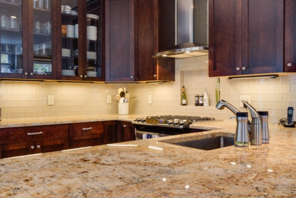 i love how the green granite brings out the green in the marble backsplash in this kitchen below so pretty