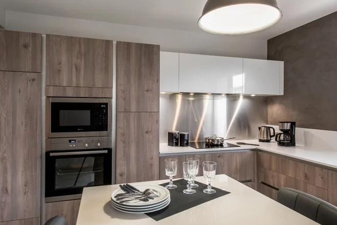 Modern Kitchen by Cuisines Raison Nouren Agencement