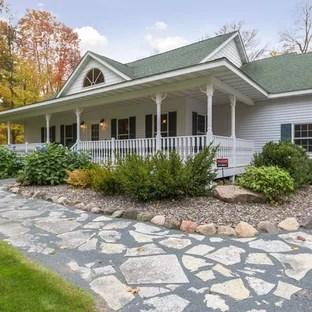 25 Best Farmhouse Front Yard Landscaping Ideas ... on Farmhouse Yard Ideas id=70417