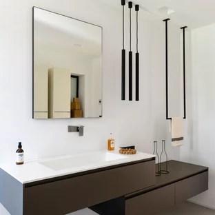 cette image montre une salle d eau minimaliste avec un placard a porte plane