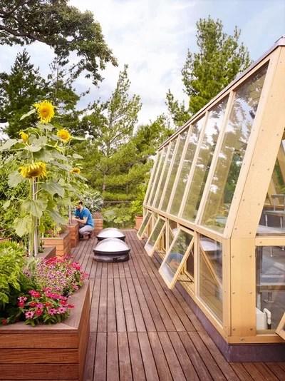Contemporary Garden by Sylvester Construction Services, Inc.