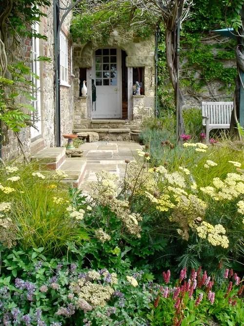 25 Best Farmhouse Front Yard Landscaping Ideas ... on Farmhouse Yard Ideas id=99017