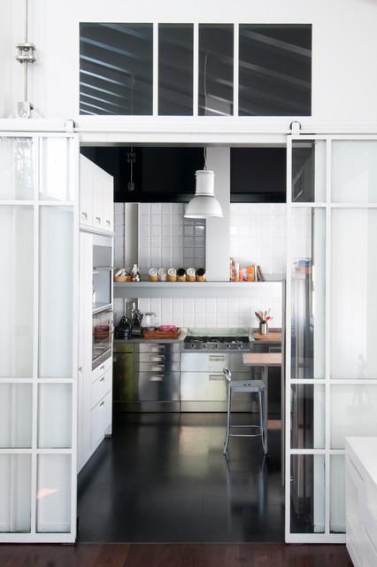 Ecco perché abbiamo raccolto alcune idee per dividere idealmente gli ambienti, senza ricorrere all'uso di pareti! 5 Idee Per Separare La Cucina Dal Living Con Una Sola Vetrata