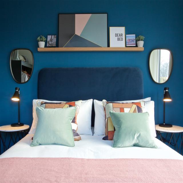 Blue & Blush Apartment contemporaneo-camera-da-letto