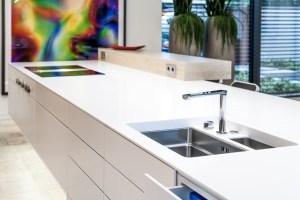 Luxusküche, Kücheninsel nahtlos aus Mineralwerkstoff ...