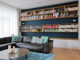 Raumhohe Bücherwand im Wohnraum am Tag   Modern ...