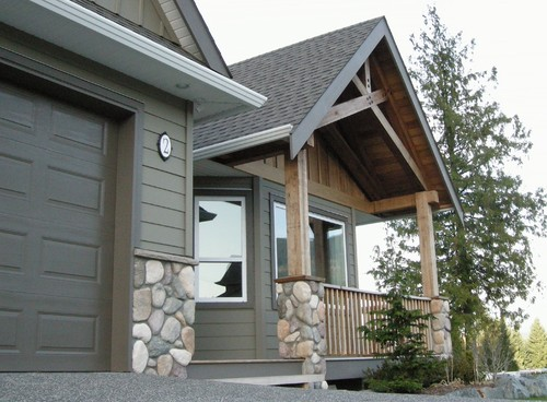 What is the color of the siding and the garage door/trim? on Garage Door Color  id=59277