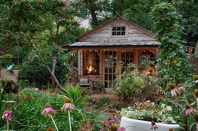 Country look chandeliers - Gartenhaus shabby streichen ...