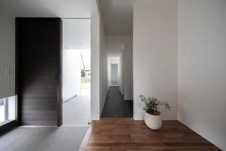 mur blanc et une porte grise