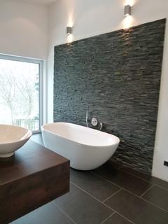 salle de bain avec du carrelage en