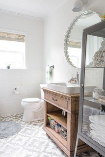 salle de bain avec carrelage gris et