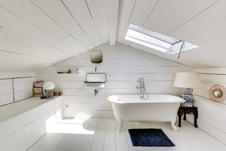 salle de bain avec un sol en bois peint