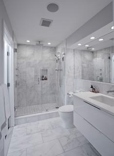 de bain avec du carrelage en marbre
