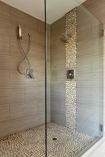 salle de bains avec des galets