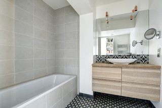 salle de bain avec carrelage et bois