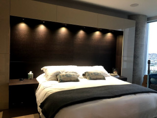 La camera da letto è il luogo del riposo ma non solo: Camera Da Letto Moderna Con Pareti Multicolore Design Foto E Idee Per Arredare Settembre 2021 Houzz It
