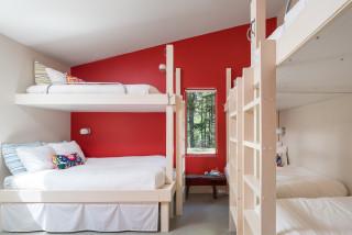 chambre moderne avec un mur rouge