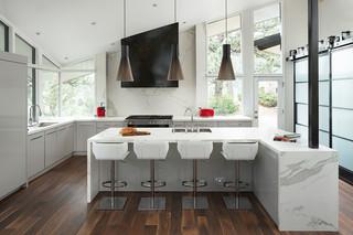 cuisine moderne avec un sol en bois