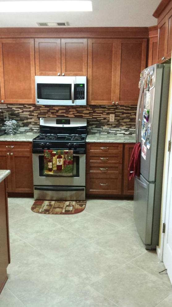 Shenandoah Cabinetry in Breckenridge Maple with an Auburn ... on Modern Kitchen Backsplash With Maple Cabinets  id=38097
