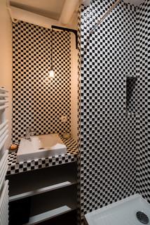 salle de bain avec carrelage en