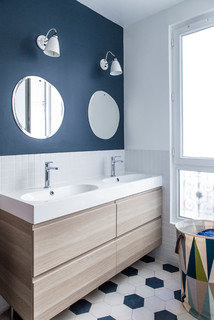 bain avec un mur bleu et un plan vasque