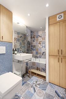 salle de bain avec des carreaux de