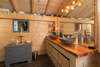 salle de bain avec murs en bois