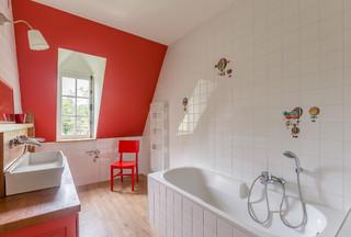 salle de bain avec un mur rouge