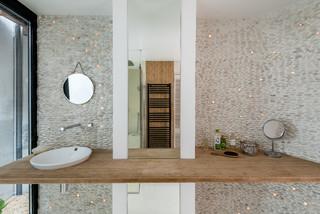 salle de bain avec une plaque de galets