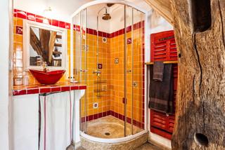 salle de bain avec un carrelage rouge