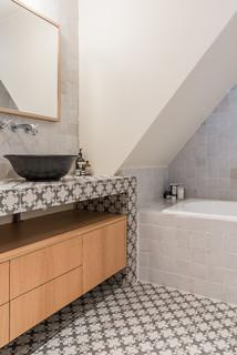 salle de bain avec un carrelage blanc
