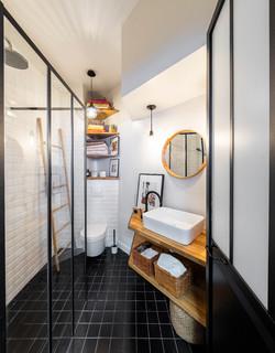 salle d eau avec un carrelage metro