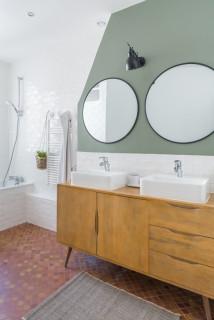 salle de bain avec un sol en carreau de