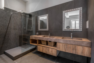 salle de bain avec un carrelage noir