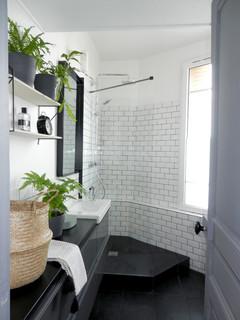 petit salle de bain avec un carrelage