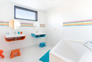 de bain avec un carrelage multicolore