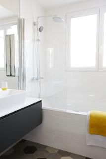 salle de bain avec carrelage anthracite