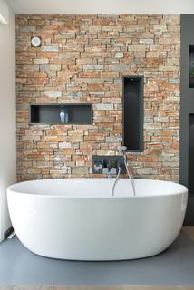 salle de bain avec un mur en pierre